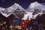 gruppo al completo al cospetto di cime andine stupende