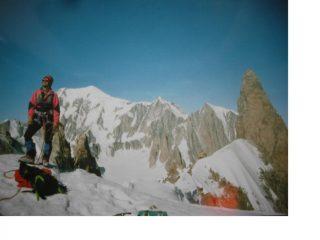 All'inizio della cresta,con dietro il Dente del Gigante sullo sfondo il Bianco