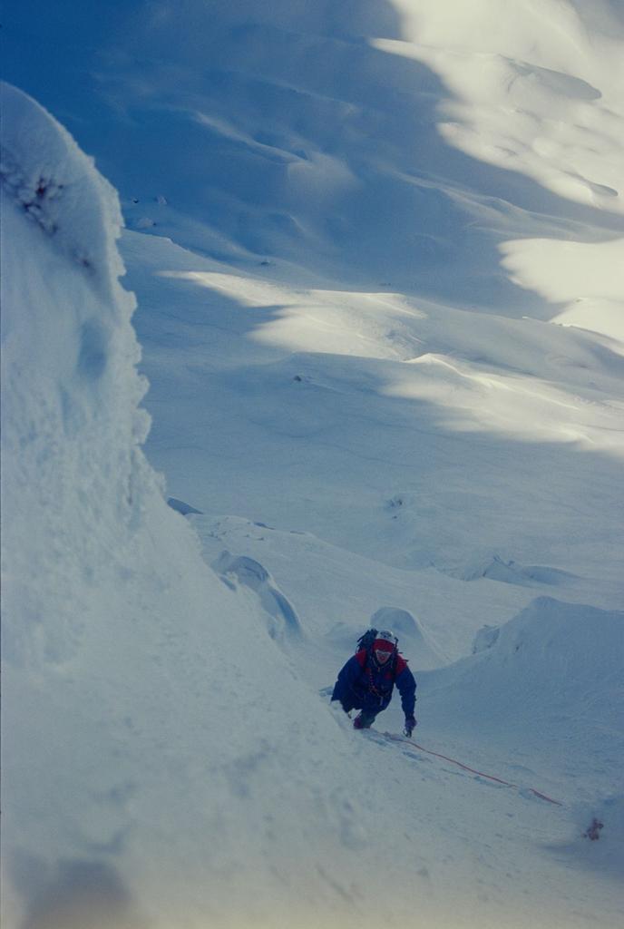 aggirando un tratto di misto per un ripido canalino, a pochi metri dalla cima (3-1-1996)