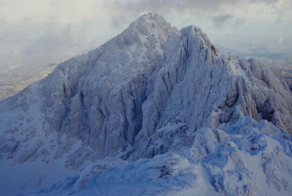 panorami dalla cima : Corno Grande Vetta Orientale (a sinistra) e Vetta Centrale (al centro) (1-1-1995)