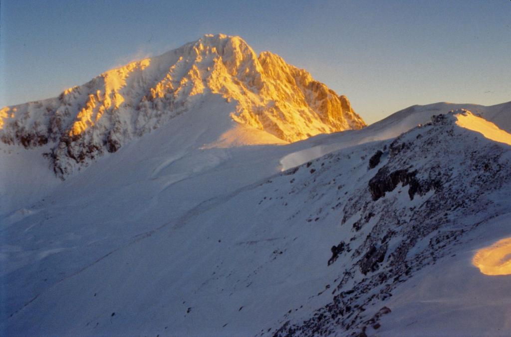 ultime luci del sole sul Corno Grande dal Rifugio Duca degli Abruzzi (31-12-1994)