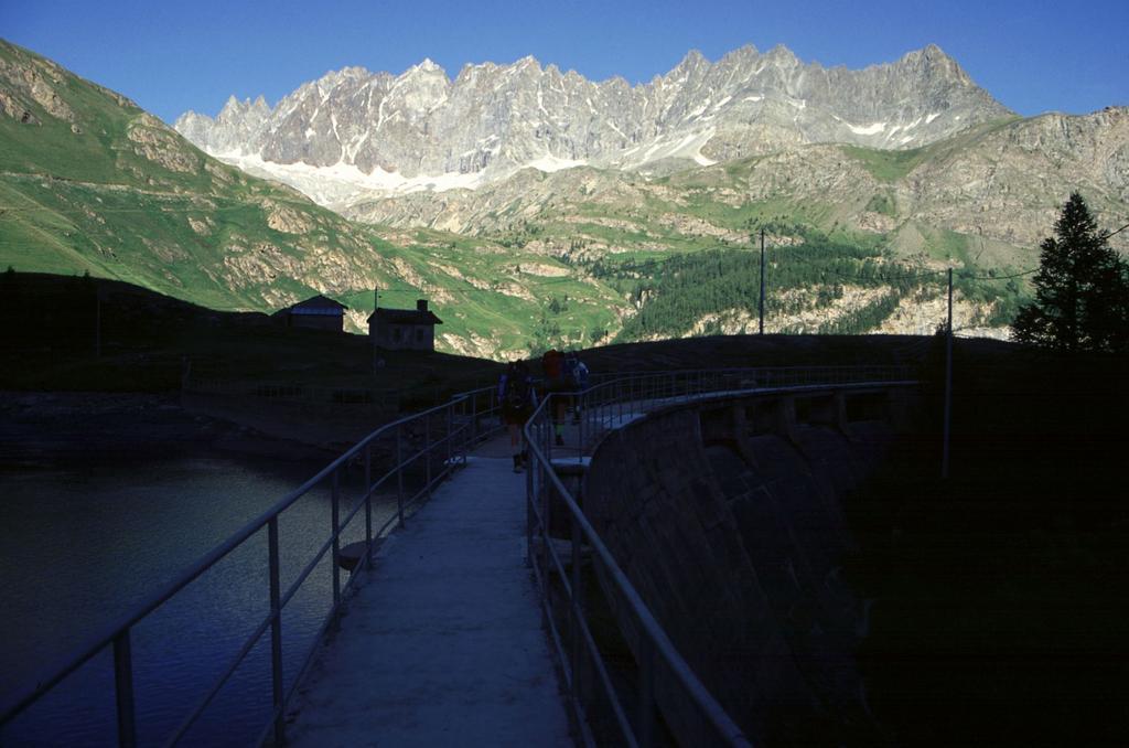 dalla diga della conca di By panorama vesto la catena dell'Aroletta (9-7-1994)