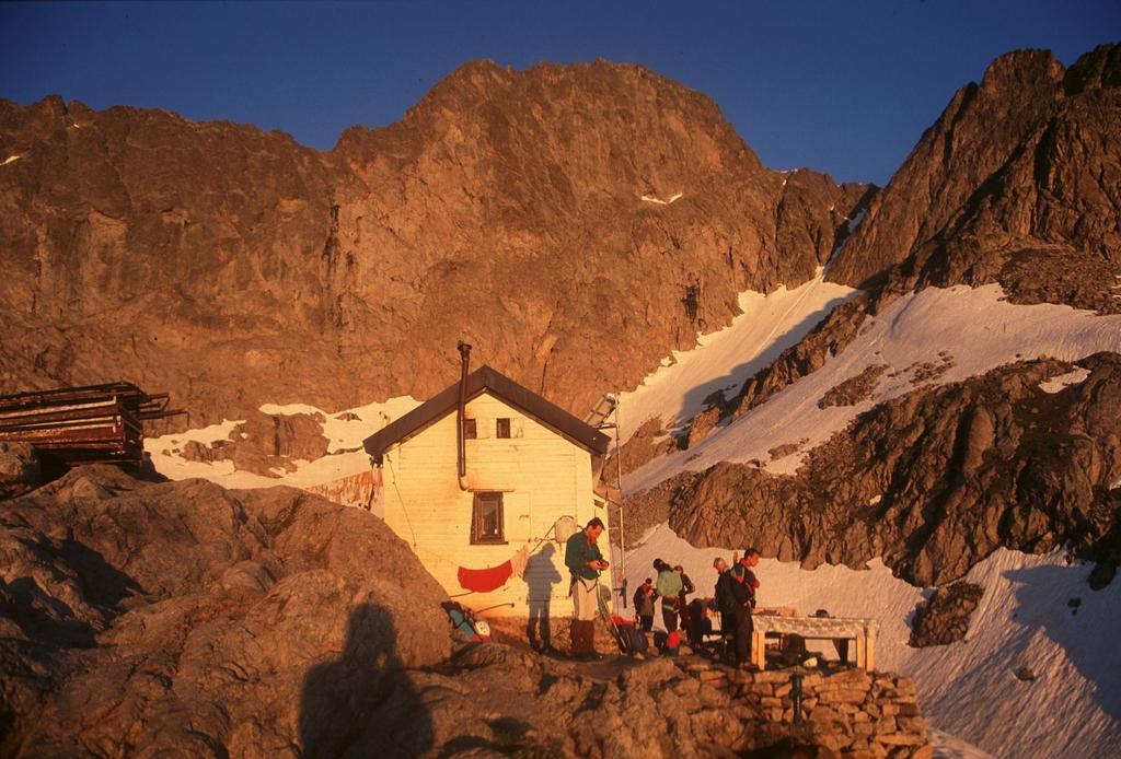 le prime luci dell'alba al Rifugio Pagarì (16-6-1996)