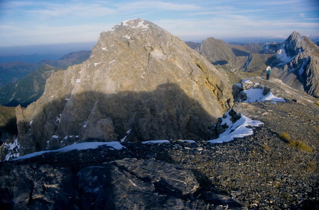 panorami dalla cima : l'altra vetta del Monte Cassorso (28-9-1996)