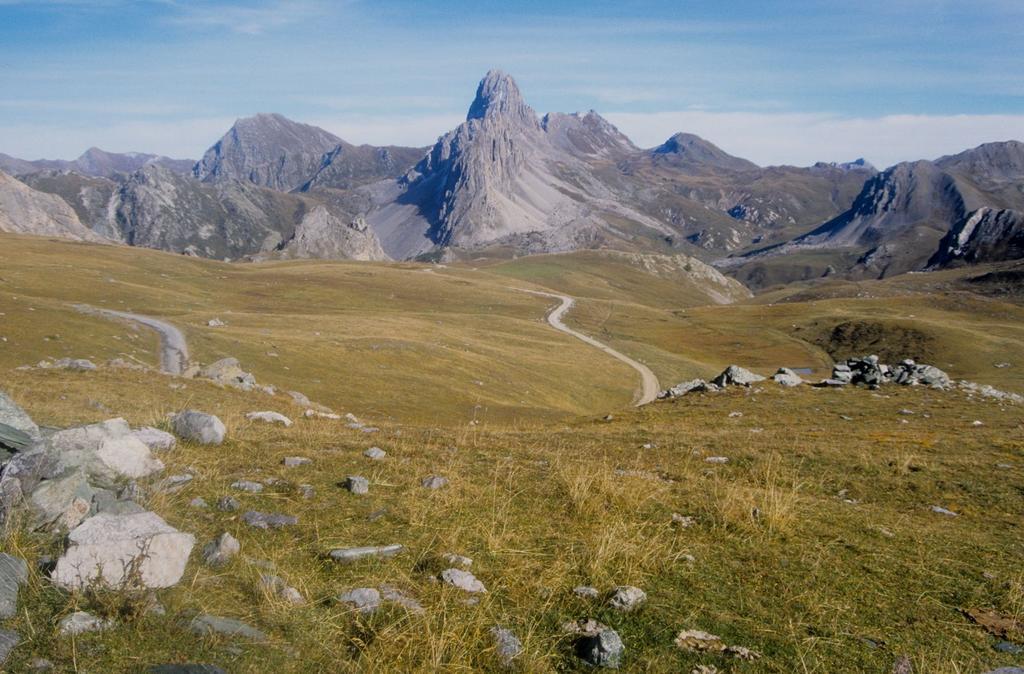 altopiano della Gardetta e Rocca la Meja visti dal Passo della Gardetta (28-9-1996)