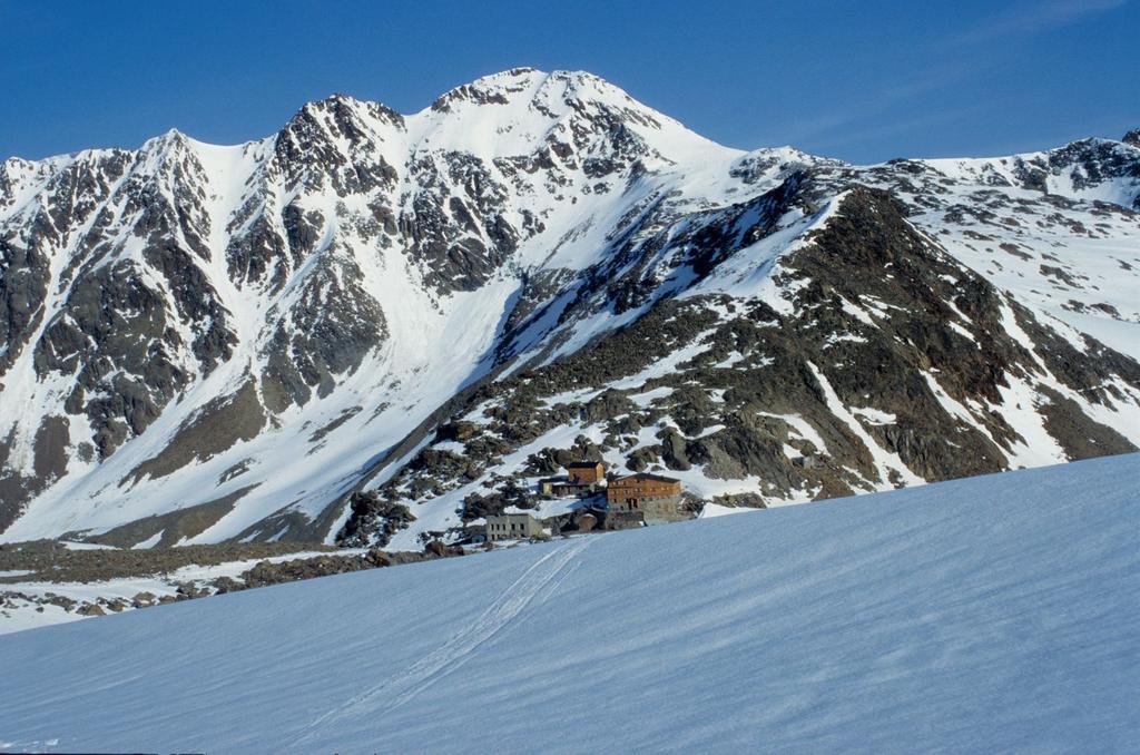 Rifugio Similaun e Punta di Finale, visti dalla Vedretta del Giogo Basso (21-6-1998)