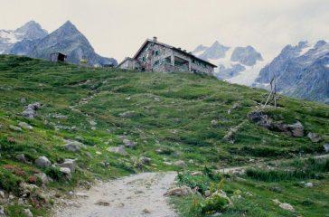 il Rifugio Elisabetta, nostro punto d'appoggio per la salita alla Punta Lechaud (25-7-1998)
