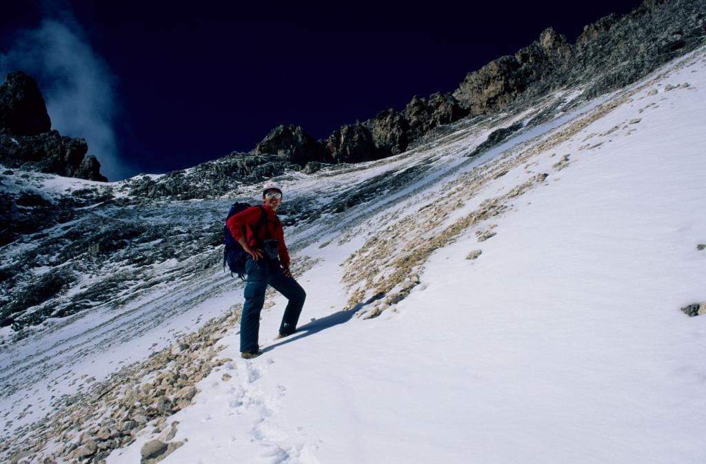 salendo nella parte intermedia del Vallone Munt da l'Ega con 10 cm di neve (6-9-1998)