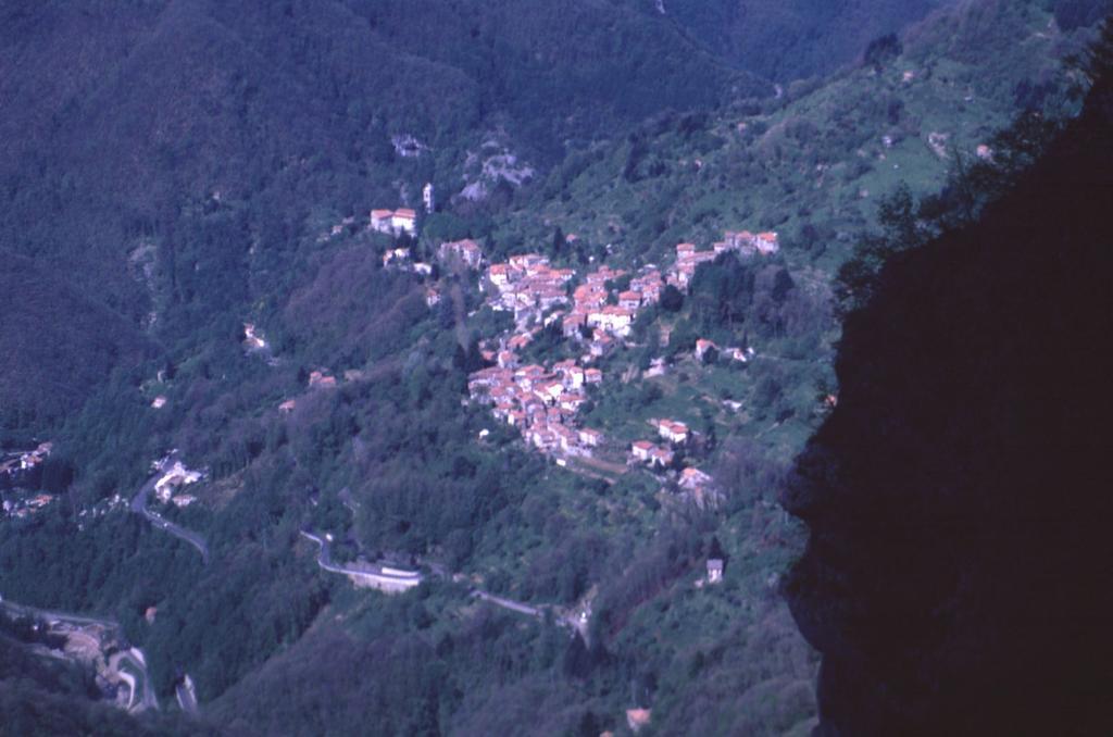 Stazzema, punto di partenza per la salita al Monte Forato (2-5-1999)