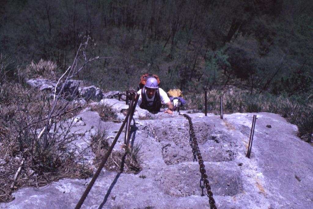 risalendo una bella rampa rocciosa (2-5-1999)