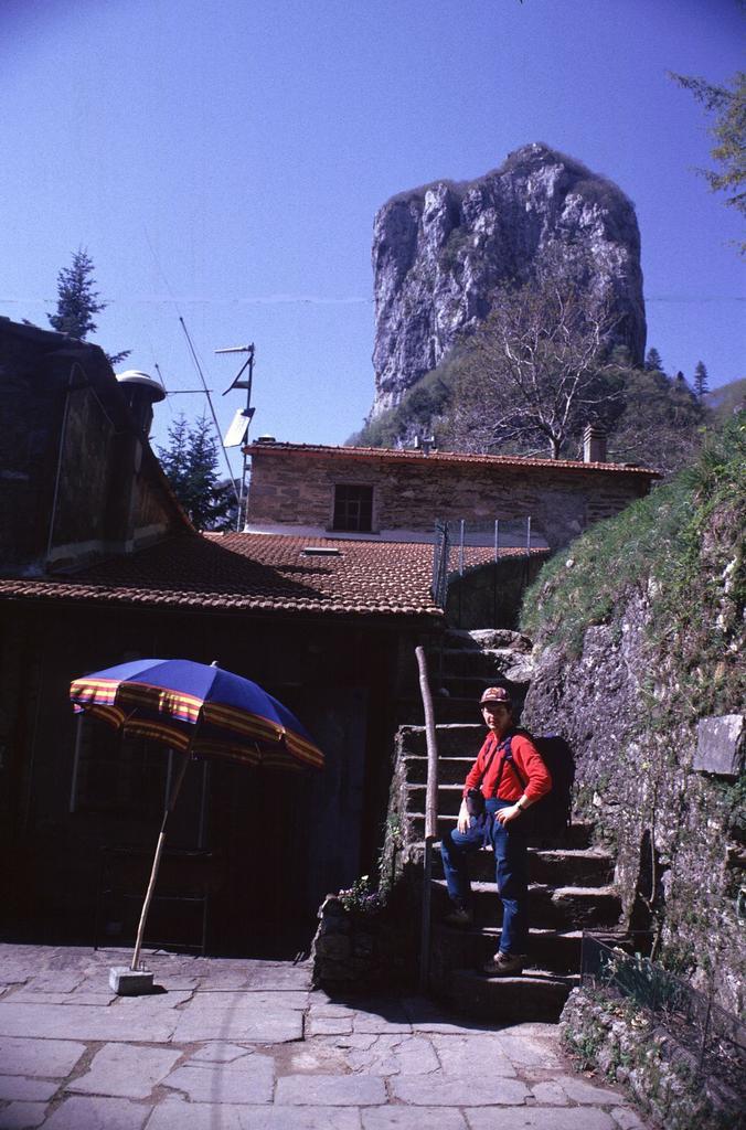 al Rifugio Forte dei Marmi con il Procinto sullo sfondo (2-5-1999)