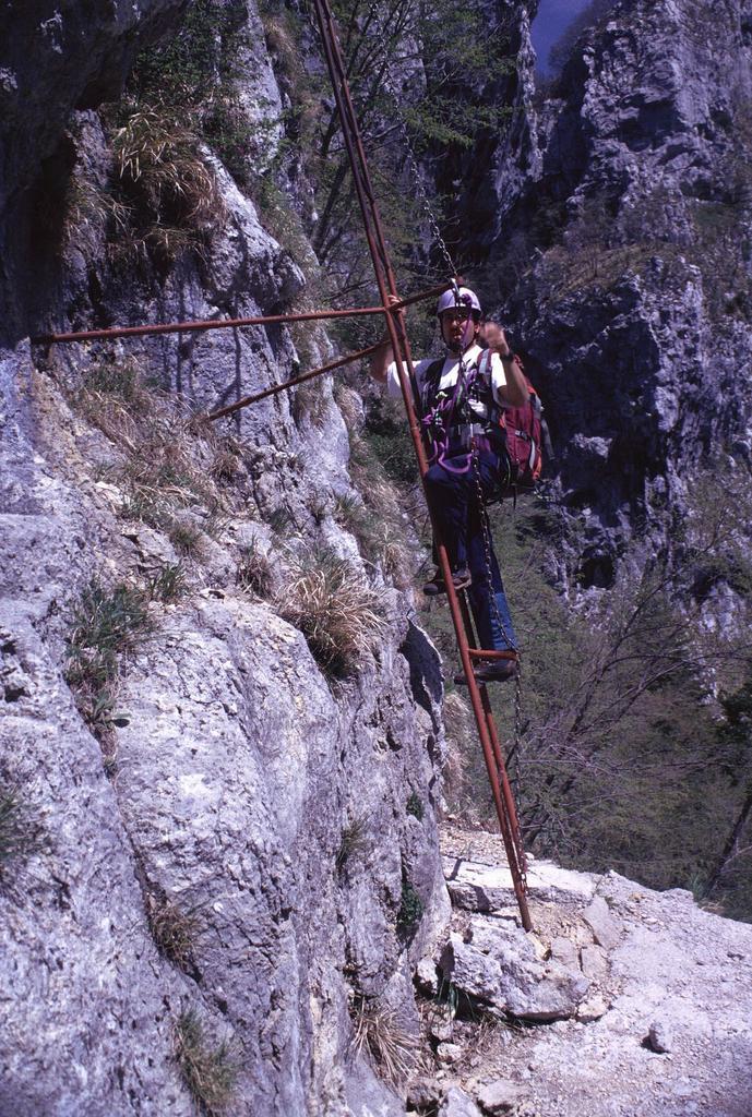 Gianni sulla scala iniziale della via ferrata (2-5-1999)