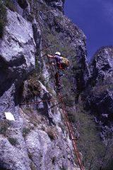 Guido sale la scala iniziale della via ferrata (2-5-1999)