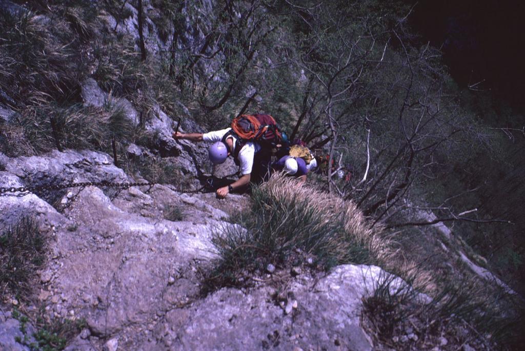 superando un bel risalto verticale (2-5-1999)