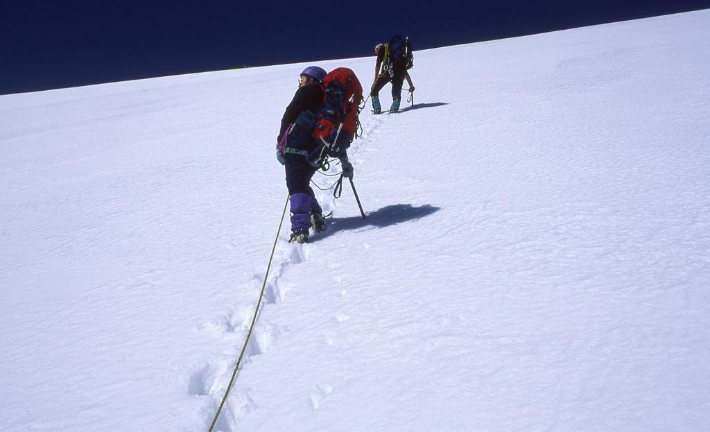 Sandro e Marianna sul pendio terminale...verso la cima del Pizzo Sella (25-6-1999)