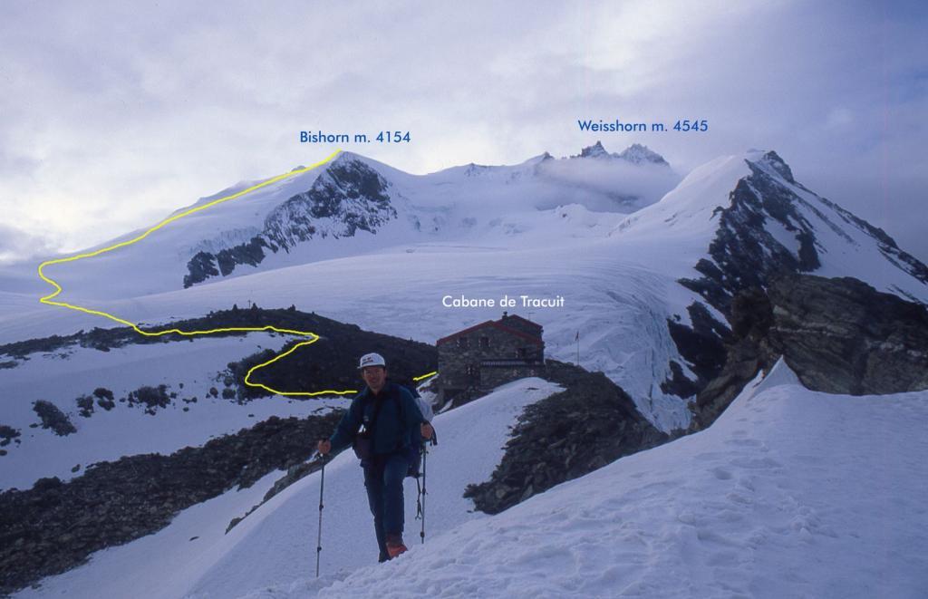 in discesa dalla Cabane de Tracuit con la cima sullo sfondo e la via seguita (11-7-1999)