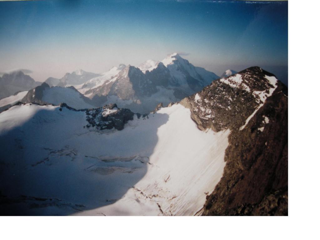 Il Gruppo Herbetet-Gran Paradiso salendo alla Grivola dalla Normale,adx e' la Bianca della Grivola a sx la Rossa.