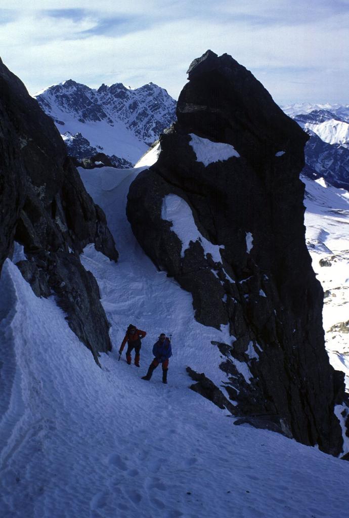 Gianni e Angelo sul pendio nevoso sotto la cima NE della Rocca Bianca (6-2-2000)