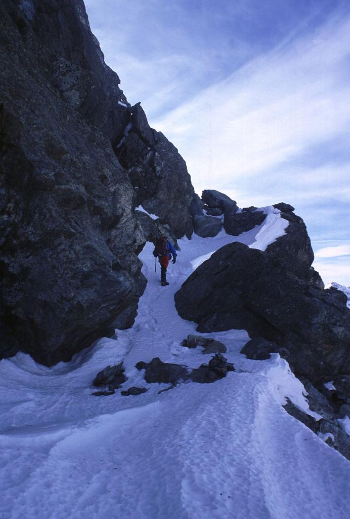 salendo alla Rocca Bianca, lungo la cengia diagonale innevata (6-2-2000)