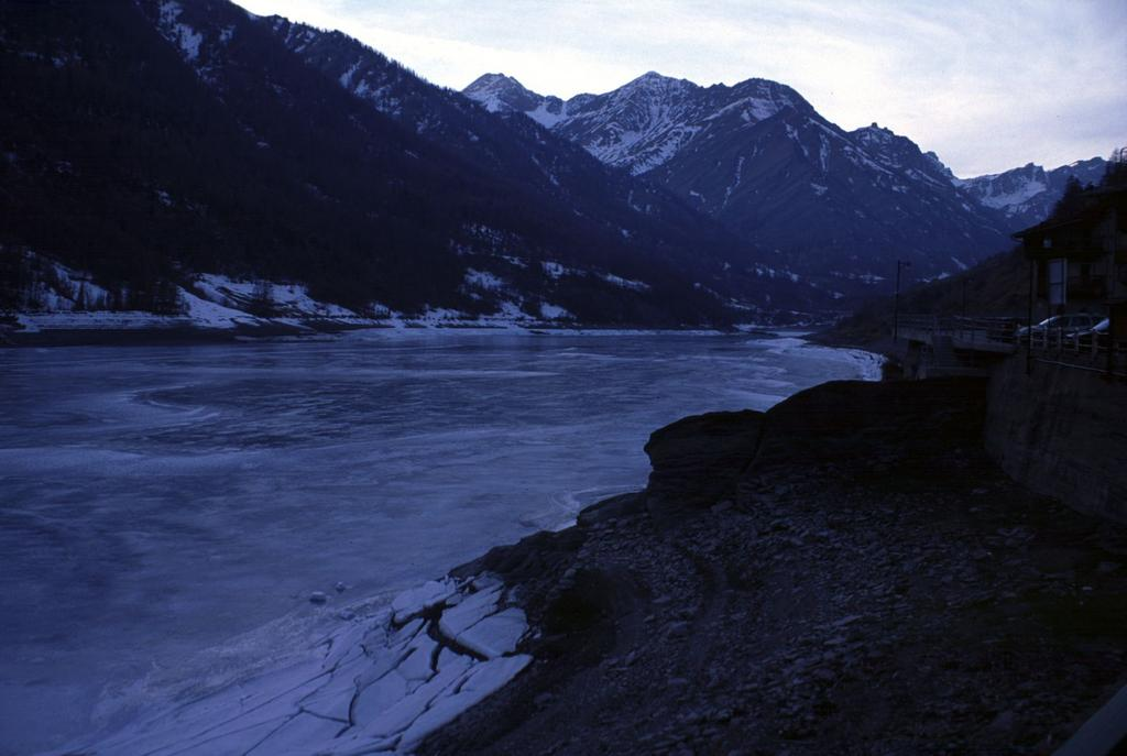 il Lago Castello completamente gelato (6-2-2000)