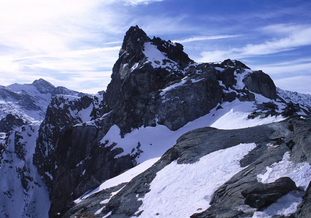 la cima principale della Rocca Bianca osservata dalla cima NE (6-2-2000)