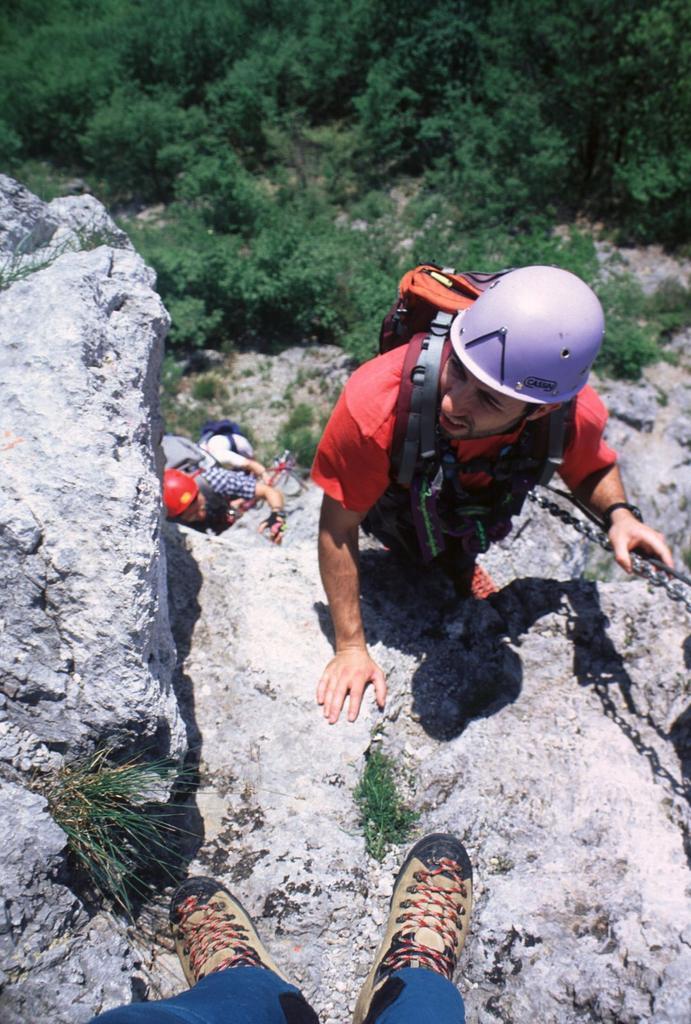 Gianni sale lungo la via ferrata (15-5-2000)