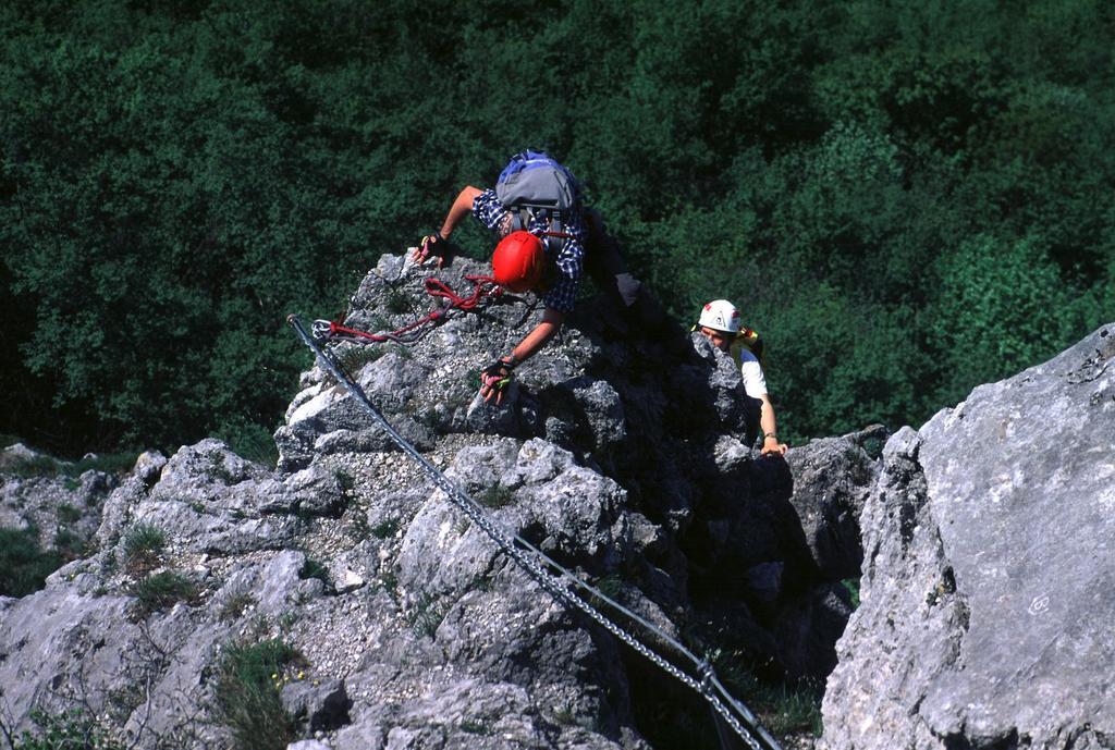Luciano e Filippo superano un bel passaggio esposto ed aereo nella parte alta della ferrata (15-5-2000)