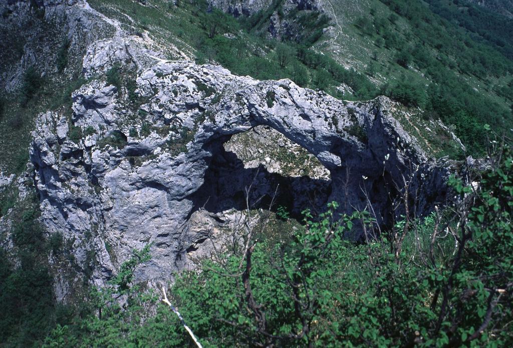il grande arco di pietra del Monte Forato (15-5-2000)