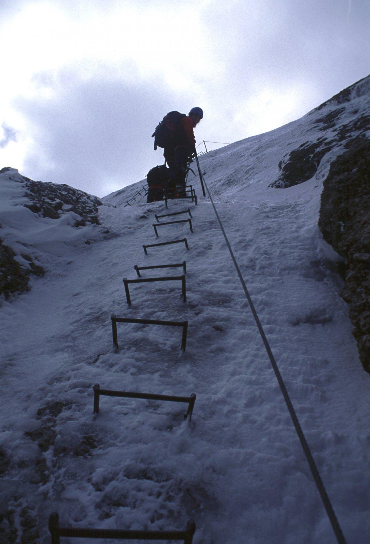 Gianni e Giulia risalgono una ripida placconata...con ghiaccio e un sottile strato di neve recente (17-7-2000)