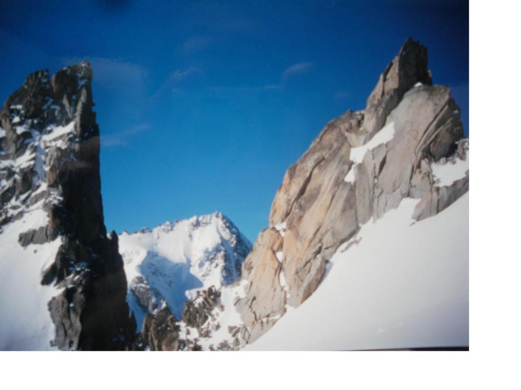 L'Aig du Chardonnet dall'intaglio tra l'Aig. Purtcheller e la cresta dellìaig. du Tour..