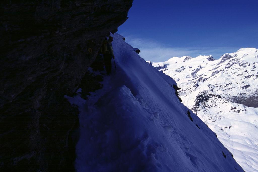 salendo sotto il filo di cresta su un esposto pendio nevoso (8-10-2000)