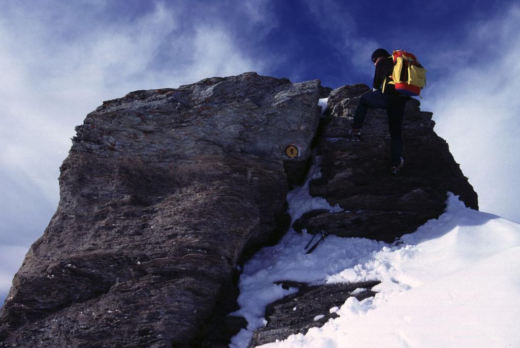 Filippo supera un gradino roccioso della cresta Sud della Testa Grigia (8-10-2000)