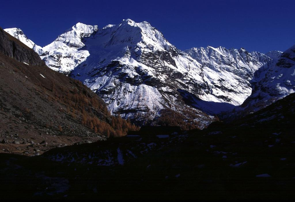 Monte Dragone e Punta Fontanella osservati dalla Comba d'Oren (28-10-2000)