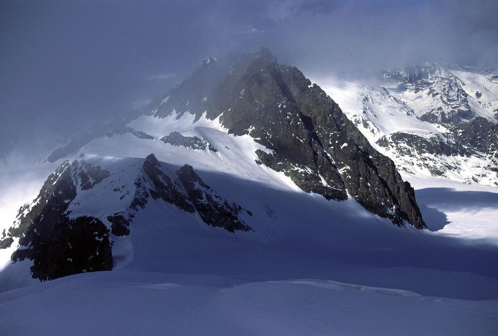 tra le nuvole appare il Petit Mont Collon (29-10-2000)