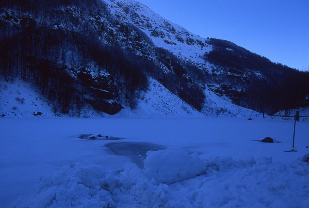 il Lago Santo Modenese ancora completamente ghiacciato (11-2-2001)