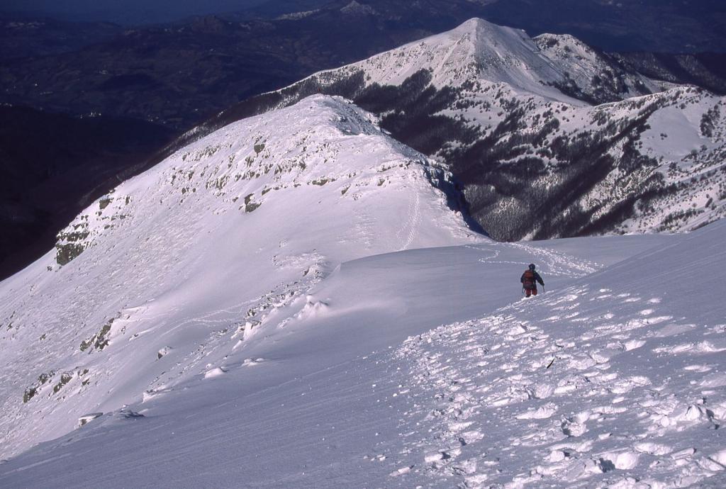 Gianni in discesa nella parte bassa della cresta, verso il Passo della Boccaia (11-2-2001)