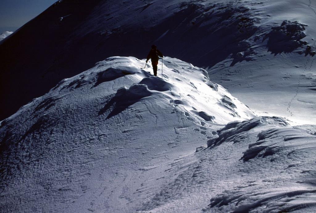 Gianni impegnato in un saliscendi nella parte alta della cresta (11-2-2001)