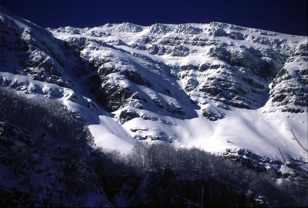 una bella visuale ravvicinata sul versante Nord del Monte Giovo (11-2-2001)