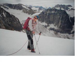 In discesa con dietro la lunga distesa glaciale del Glacier du Brenay
