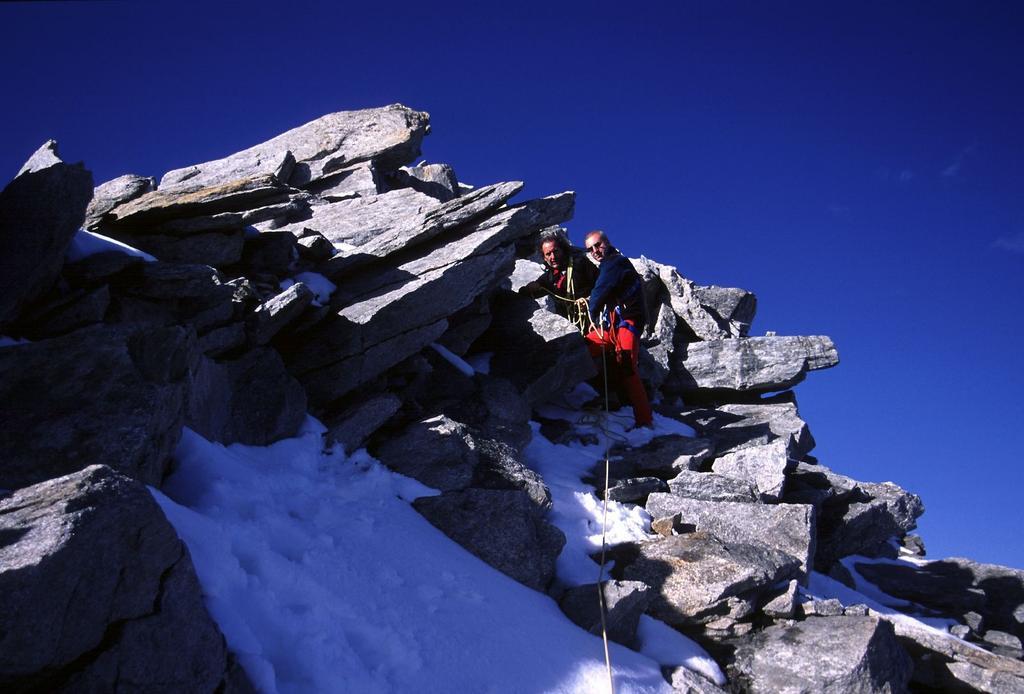 Gianfranco e Alberto in discesa lungo la parte alta della cresta Sud (14-10-2001)