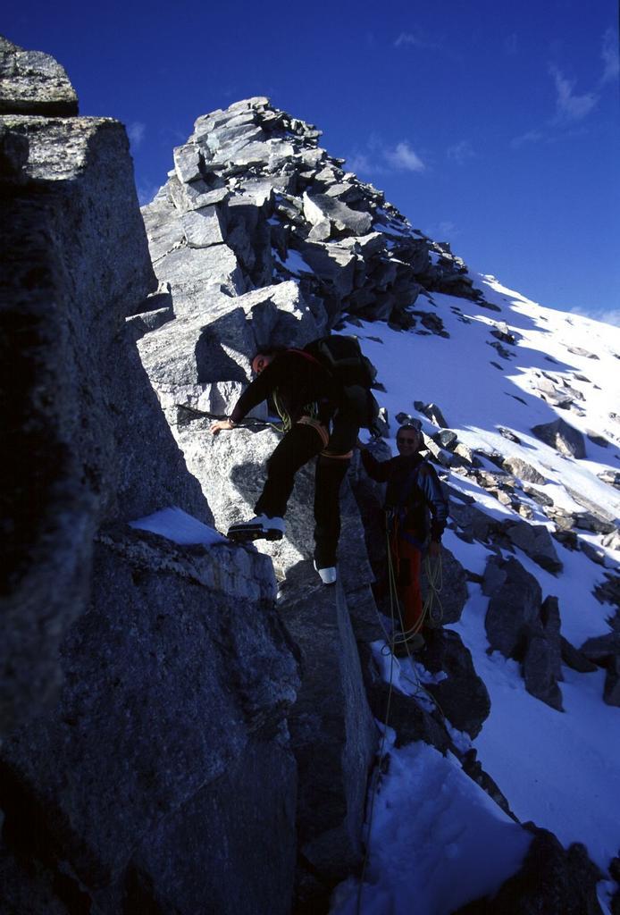 in discesa lungo la cresta Sud del Monte Leone (14-10-2001)
