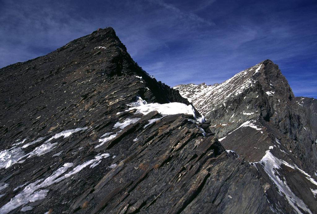la Tete de l'Autaret (a sinistra) e il Pelvo di Ciabriera (a destra) (5-2-2002)