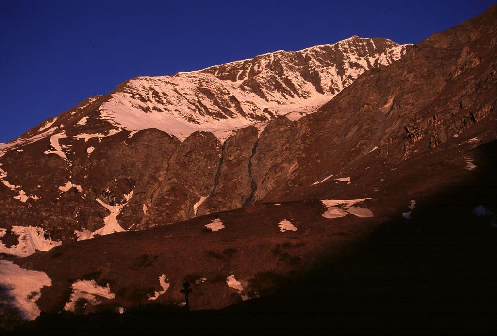 le prime luci dell'alba sulla Tete de l'Autaret (28-4-2002)