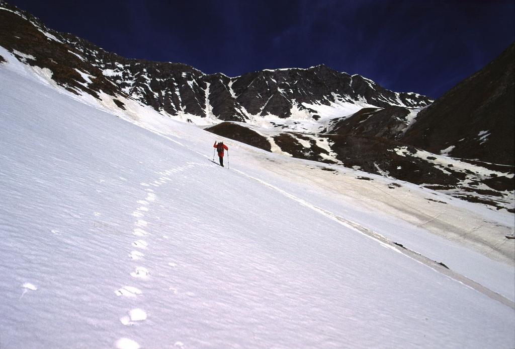 Gianni sale verso il Passo di Malacosta (28-4-2002)