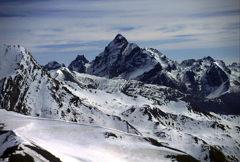 panorami dalla cima : il solito Monviso (28-4-2002)
