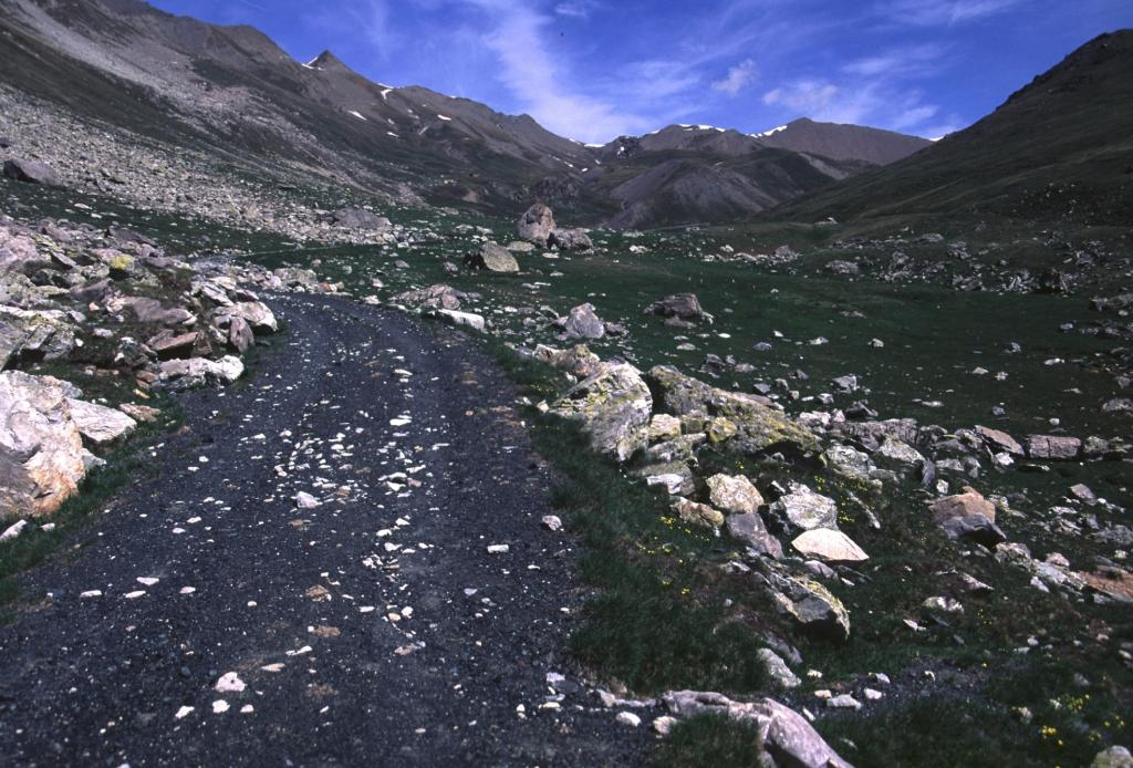 salendo nel vallone, poco oltre le Grange Morletto (15-6-2002)