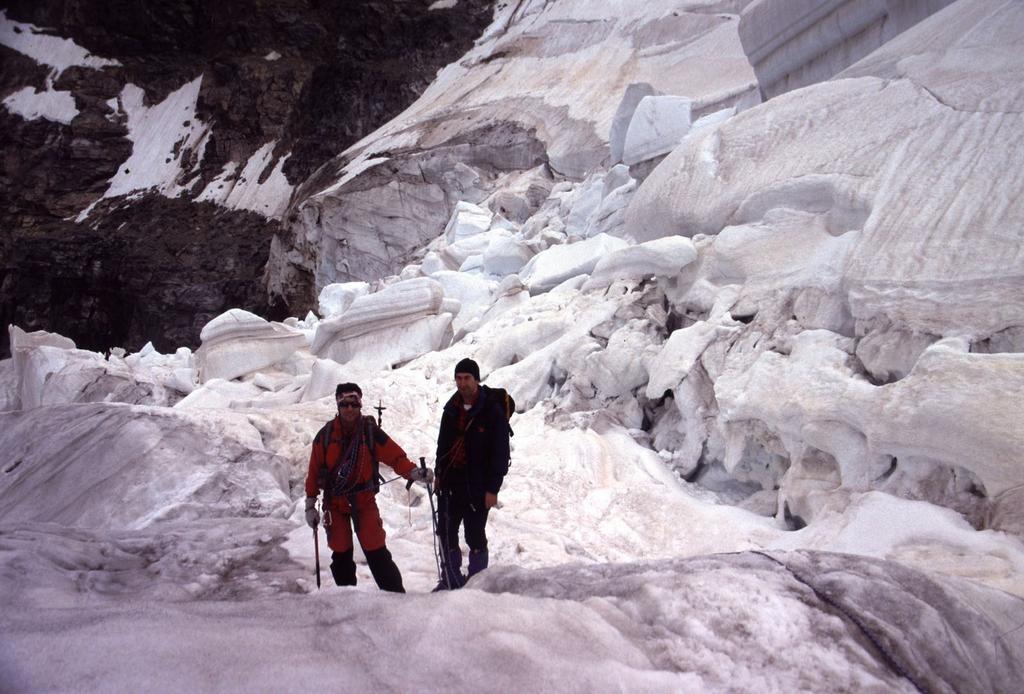 Gianni ed Emilio nel tratto più crepacciato e spettacolare del Vadret pers (22-7-2002)