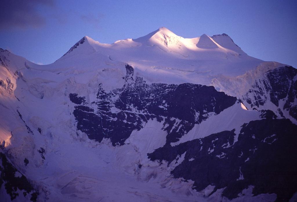 ultime luci del sole sul Monte Bellavista dalla Diavolezza (21-7-2002)