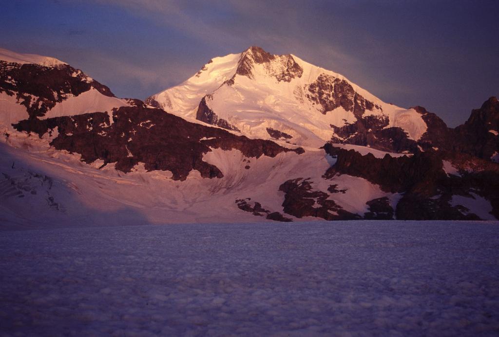 alba sul Pizzo Bernina dal Ghiacciaio del Vadret Pers (22-7-2002)