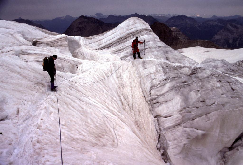 Emilio e Gianni lungo un tratto spettacolare del ghiacciaio (22-7-2002)